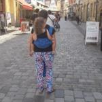Kleinkind tragen im Didytai Kornblumenblau