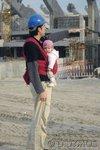 Papa mit Baby im Tragetuch auf der Baustelle (Didymos)