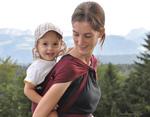 Mama wandert mit Baby im Tragetuch auf dem Rücken (Didymos)