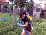 Gartenarbeit mit Baby im Tragetuch auf dem Rücken (Didymos)