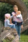 Mama mit Baby im Tragetuch und Kleinkind im Sommer (Didymos)